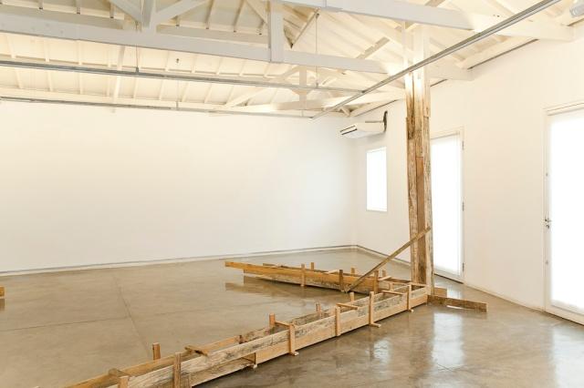 instalação artistica com madeiras