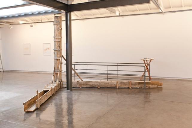 Instalação com madeiras galeria transversal