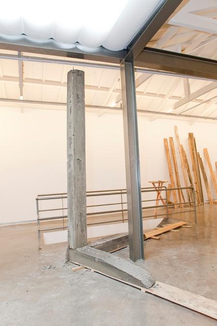 madeira e concreto instalação de thiago bortolozzo