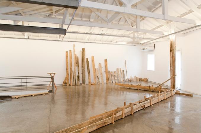 instalação com madeiras galeria transversal sao paulo