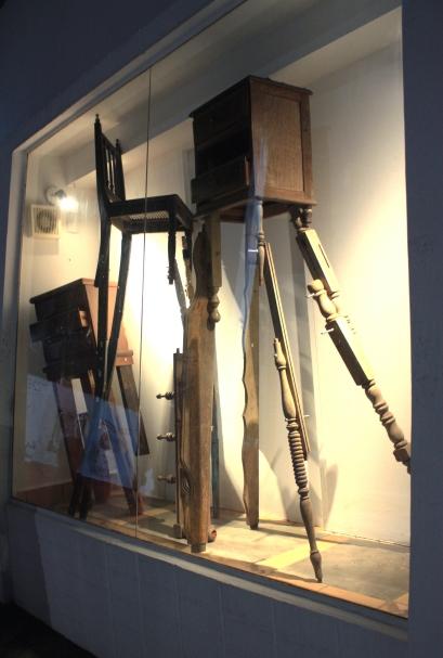 escultura com cadeiras